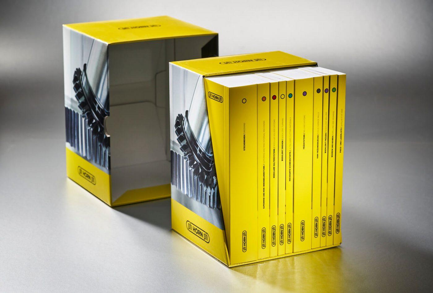 9 Kataloge im Buchschuber